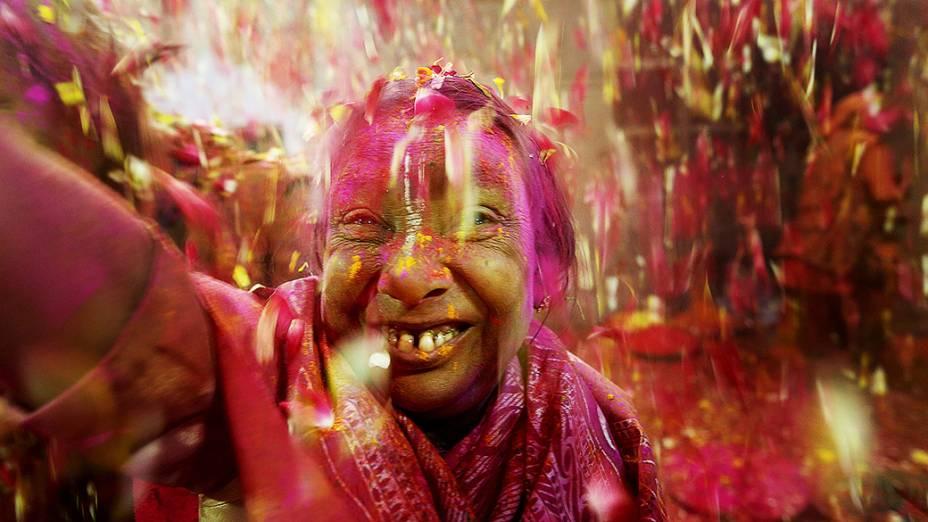 Grupo de viúvas participou pela primeira vez, do festival Holi em Vrindavan, no estado de Uttar Pradesh, na Índia
