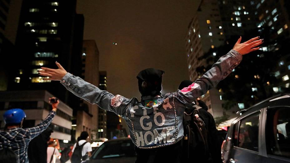 Manifestante protesta no terceiro ato contra a Copa do Mundo no Brasil na Avenida Paulista, em São Paulo