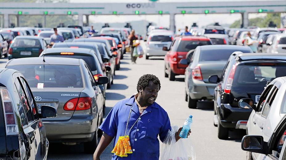 Motoristas que seguiam em direção ao litoral paulista para comemorar a passagem de ano enfrentaram congestionamento na rodovia dos Imigrantes na sexta-feira (27)