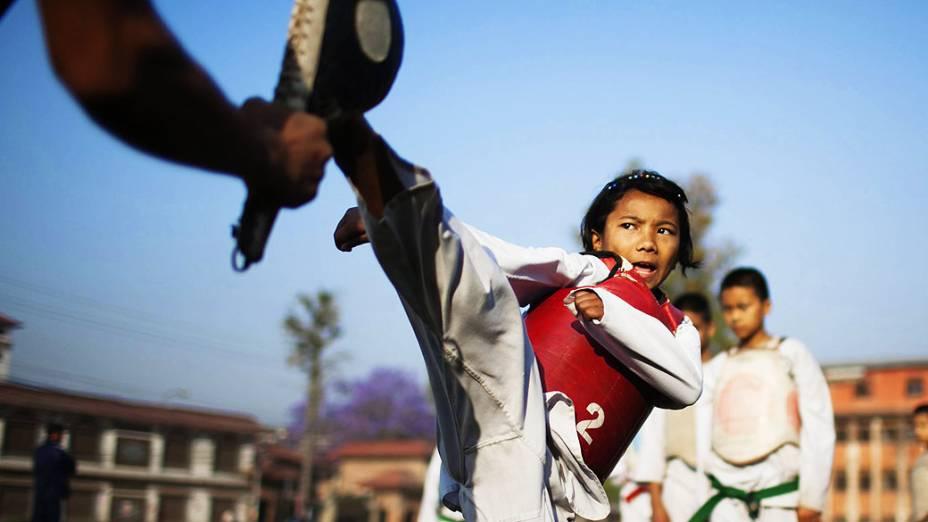 Crianças têm aula de defesa pessoal em Katmand, no Nepal