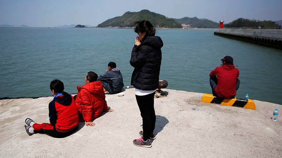 Familiares das vítimas do navio sul-coreano que afundou rezam próximo ao local do naufrágio