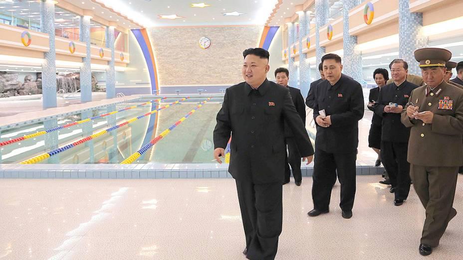 Líder norte-coreano, Kim Jong Un, visita um acampamento de férias recém-reformado, nesta foto sem data divulgada pela Agência de Notícias da Coreia do Norte