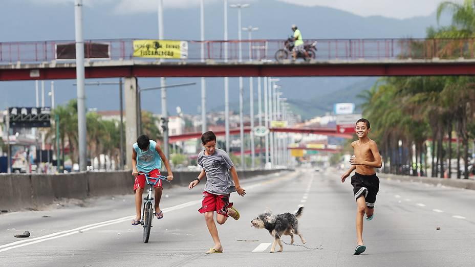 Trecho da Avenida Brasil é fechado para obra da Transcarioca, no Rio de Janeiro