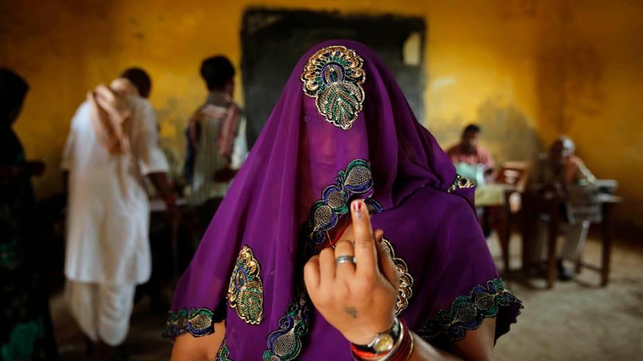 Indiana mostra o dedo marcado de tinta após lançar voto na cidade de Kunwarpur, no Estado de Uttar Pradesh. Milhares de eleitores deram seus votos no último dia de eleições no país