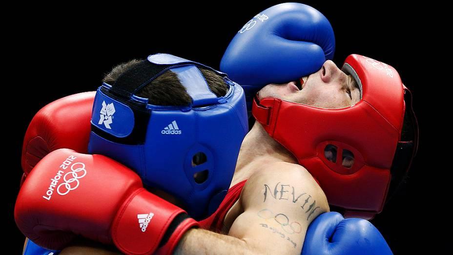O Irlandês John Joe Nevin (dir.) luta contra Knat Abutalipov do Cazaquistão na categoria de 56 kg