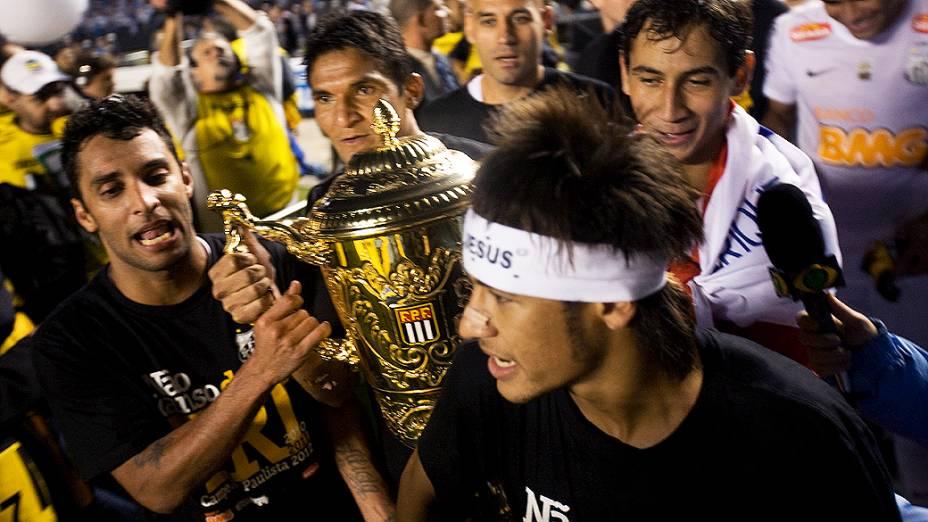 Os jogadores Neymar, Ganso, Durval e Alan Kardec, do Santos, seguram a taça de campeão Paulista de 2012, no estádio do Morumbi, em São Paulo