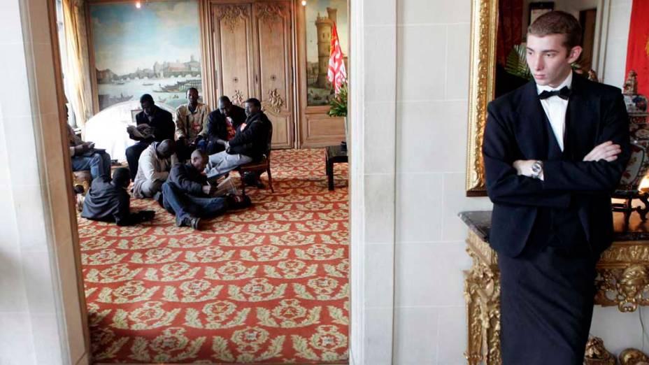 """<strong>IMIGRAÇÃO</strong> – """"É absurdo considerar xenófobo um país que quer controlar a imigração"""", diz Marine Le Pen. Na foto, imigrantes ilegais do Mali no famoso restaurante francês La Tour dArgent durante protesto contra leis de imigração na França, 2008"""