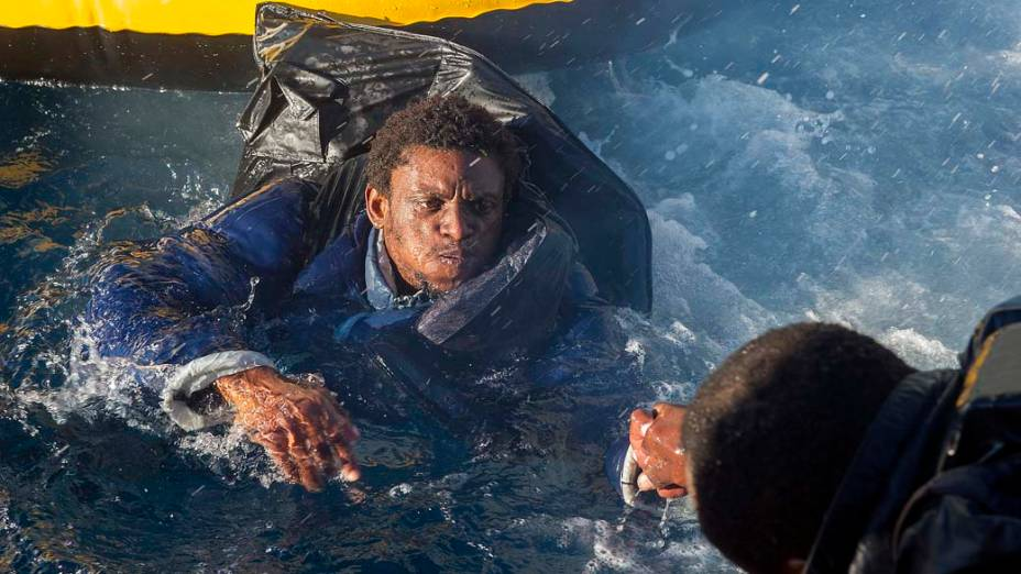 Imigrante marroquino é resgatado pela marinha espanhola no Estreito de Gibraltar