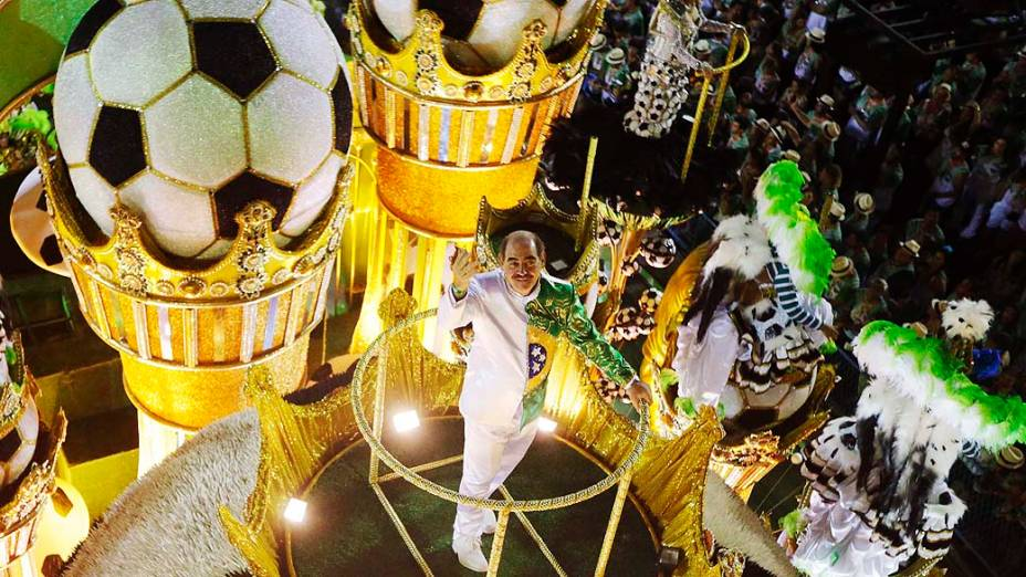 O ex-jogador Rivelino durante desfile da Imperatriz Leopoldinense, na Marquês de Sapucaí na segunda noite do carnaval carioca