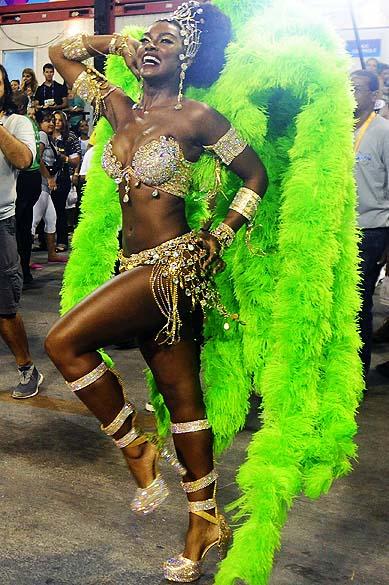 A rainha de bateria Cris Vianna desfile na escola de samba Imperatriz Leopoldinense pelo grupo especial, na Marquês de Sapucaí no Rio de Janeiro (RJ), na madrugada desta terça-feira (04)