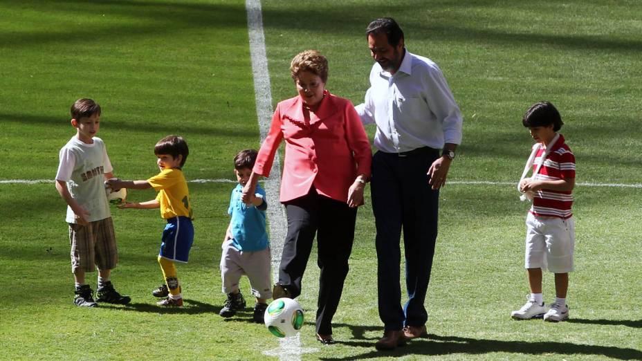 A presidente Dilma Rousseff dá o ponta-pé simbólico na inauguração do Estádio Nacional Mané Garrincha, em Brasília, ao lado do governador Agnelo Queiróz