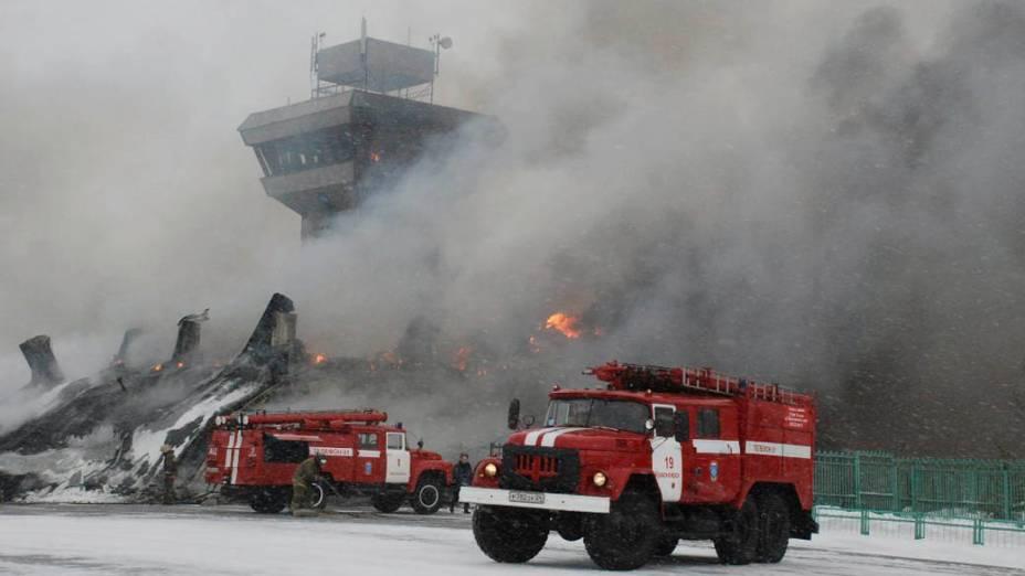 Foto liberada hoje pela administração mostra incêndio no aeroporto Cheremshanka em Krasnoyarsk, Rússia