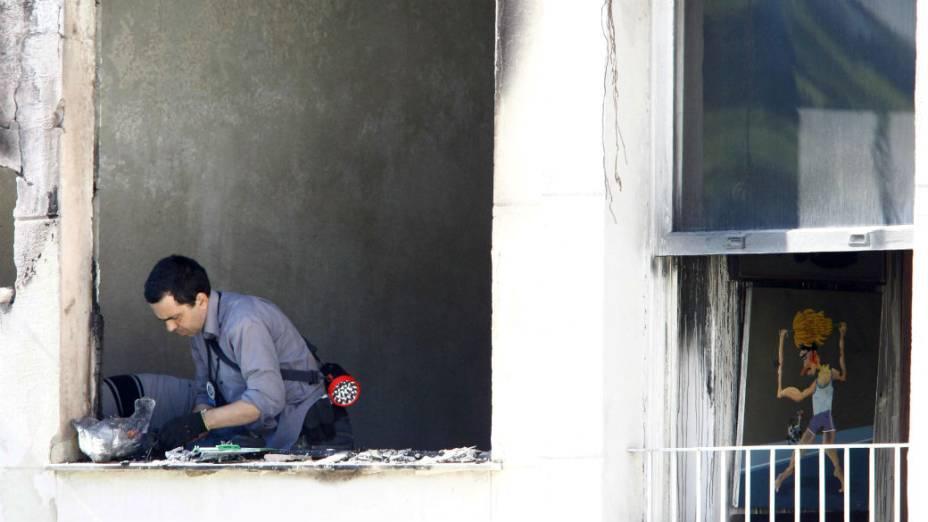 Peritos do Instituto de Criminalística Carlos Éboli examinam o apartamento do marchand Jean Boghici, destruído por um incêndio
