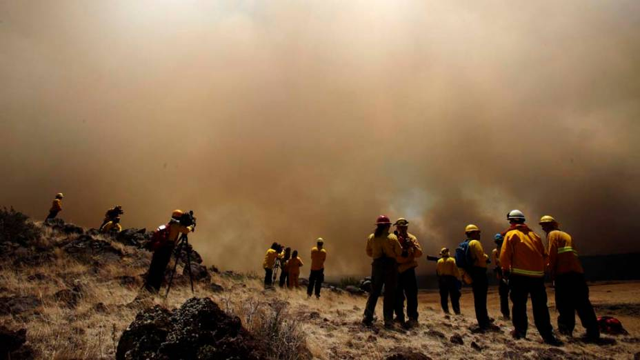 Membros da imprensa observam incêndio na cidade de Eagar, Arizona