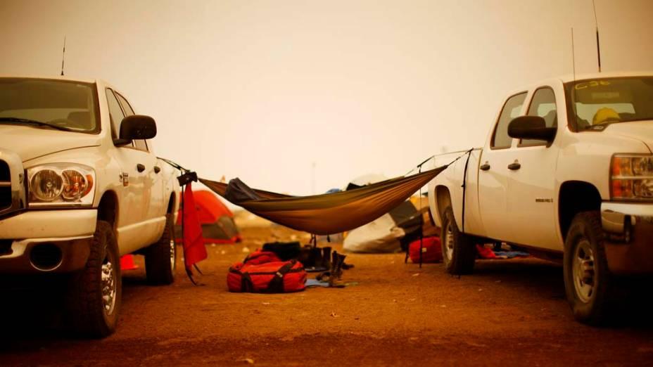 Bombeiros descansam em acampamento na cidade de Springerville, Arizona.