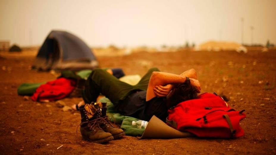 Bombeiros descansam em acampamento na cidade de Springerville, Arizona