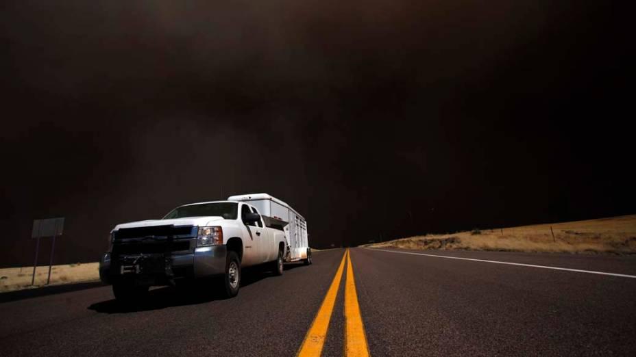 Estrada da cidade de Springerville. O incêndio florestal que atinge há 12 dias o estado americano do Arizona forçou a retirada de todos os moradores da cidade de Springerville e da comunidade de Eager