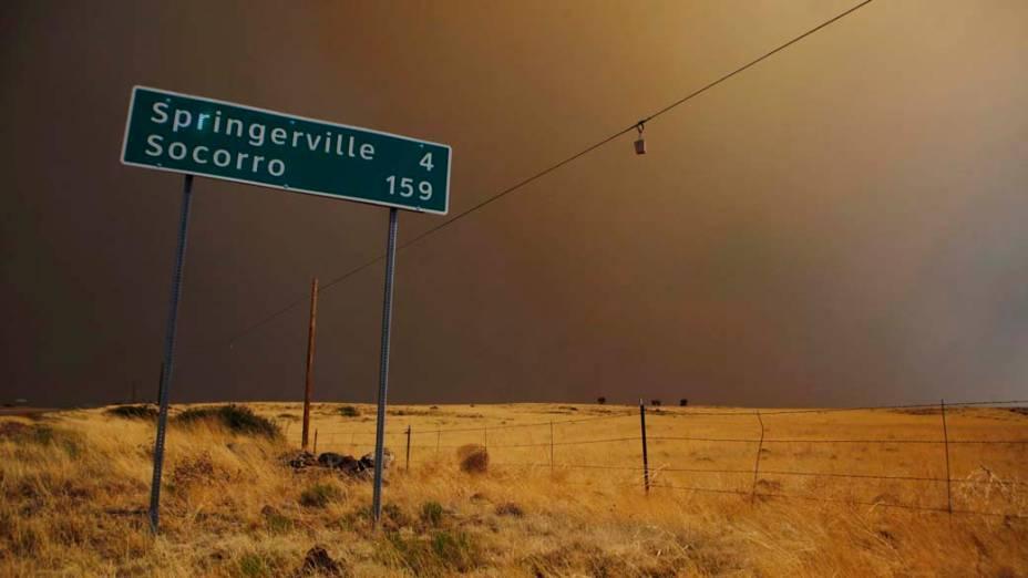 Fumaça no céu de Springerville. O incêndio florestal que atinge há 12 dias o estado americano do Arizona forçou a retirada de todos os moradores da cidade de Springerville e da comunidade de Eager