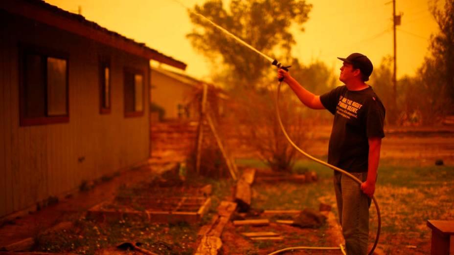 Brett Wilkins em sua casa em Springerville. O incêndio florestal que atinge há 12 dias o estado americano do Arizona forçou a retirada de todos os moradores da cidade de Springerville e da comunidade de Eager