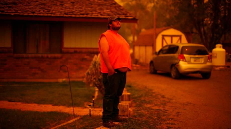 Clayborn Slade observa a fumaça no céu de Springerville. O incêndio florestal que atinge há 12 dias o estado americano do Arizona forçou a retirada de todos os moradores da cidade de Springerville e da comunidade de Eager