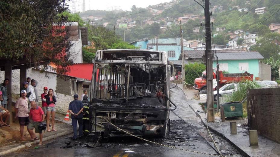 Ônibus incendiado no bairro Caiera do Saco, em Florianópolis em fevereiro de 2013