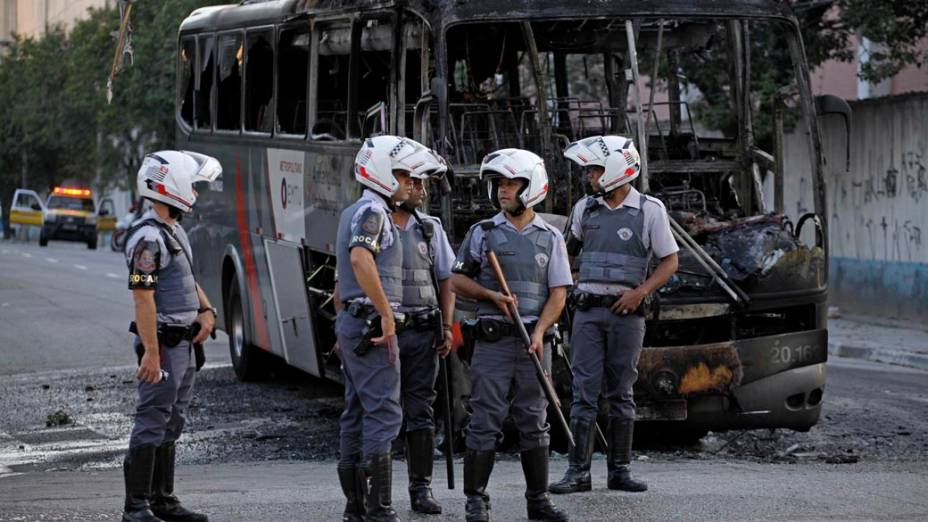 Moradores de uma favela próxima a ponte do Jaguaré queimaram um ônibus após duas pessoas serem detidas por tentativa de assalto em maio de 2013
