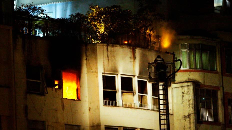 Bombeiros tentam conter incêndio em apartamento de edifício em Copacabana, Rio de Janeiro