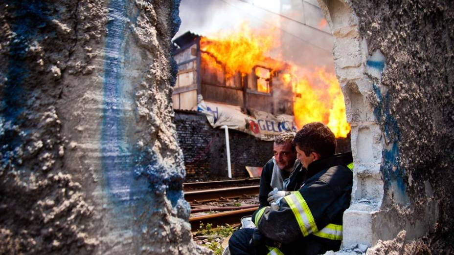 Bombeiros durante incêndio na favela do Moinho, região central de São Paulo