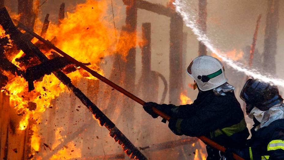 Bombeiros durante incêndio na favela do Moinho, São Paulo