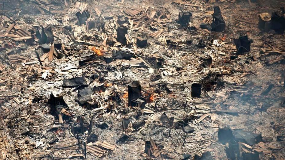 Cinzas dos barracos queimados durante incêndio na favela do Moinho, São Paulo