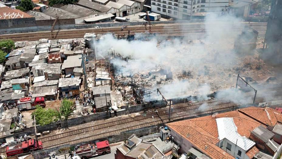 Fumaça provocada pelo incêndio na favela do Moinho, região central de São Paulo