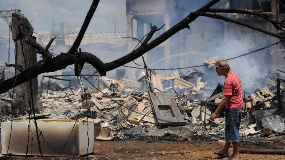 Morador entre os escombros do incêndio na favela do Moinho, região central de São Paulo