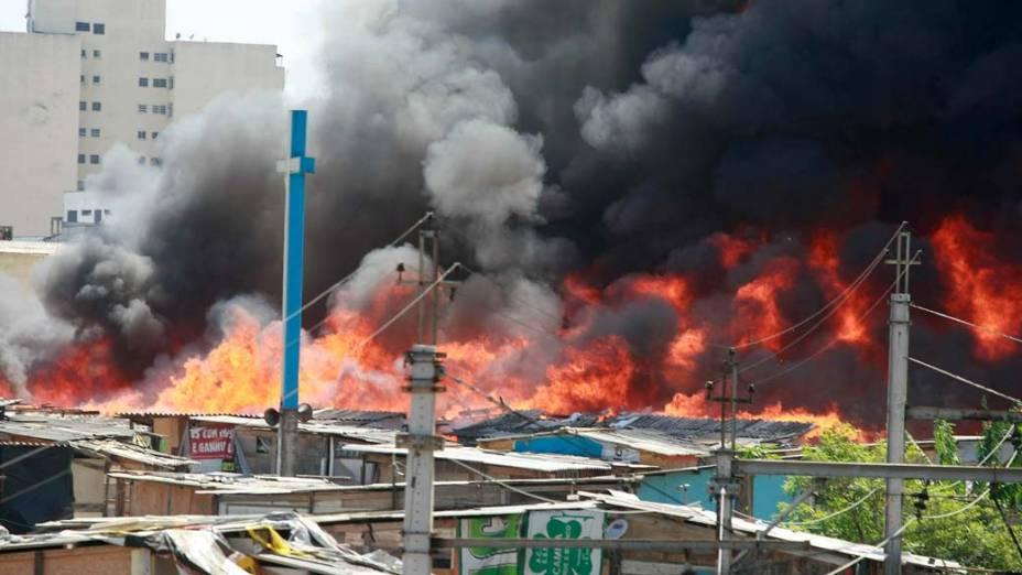 Incêndio de grandes proporções atinge favela da região central de São Paulo