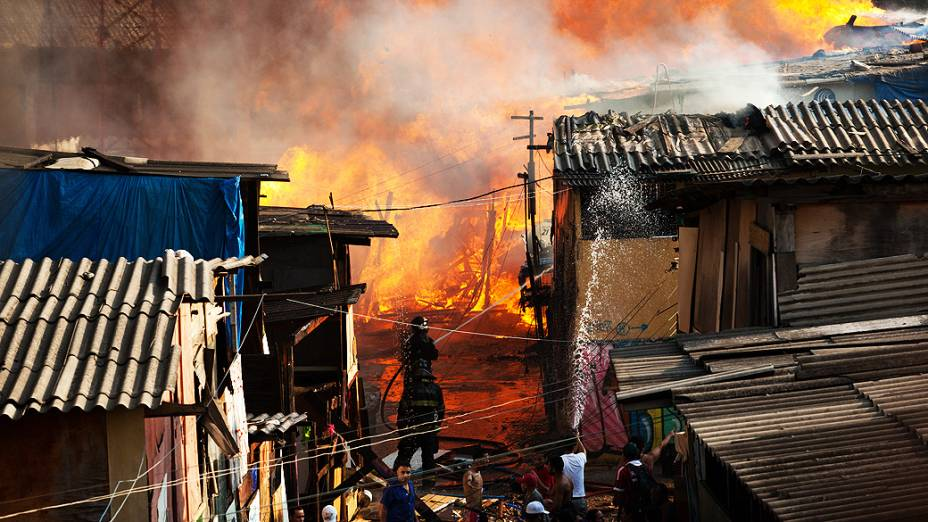 Incêndio atingiu a favela do Moinho, na região de Campos Elísios, no Centro de São Paulo e foi controlado pelo Corpo de Bombeiros
