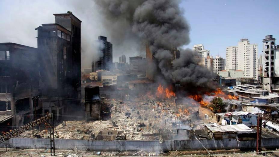 Incêndio de grandes proporções na favela do Moinho, região central de São Paulo
