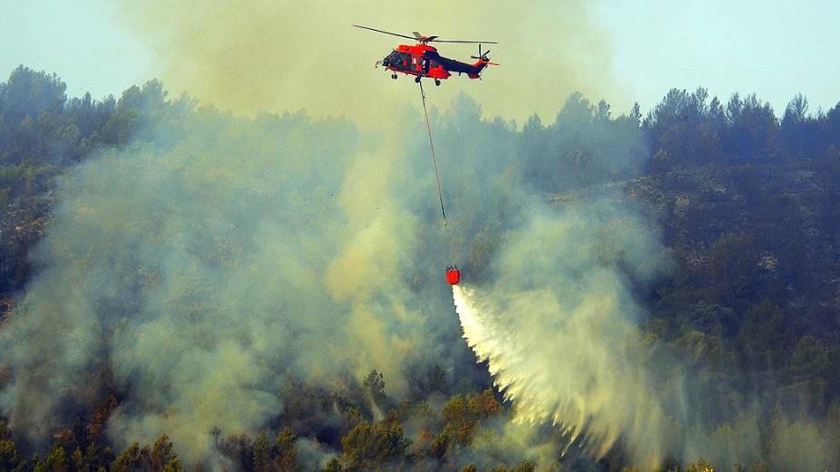 Helicóptero tenta apagar fogo em floresta na cidade de Altura, perto Valência, na Espanha