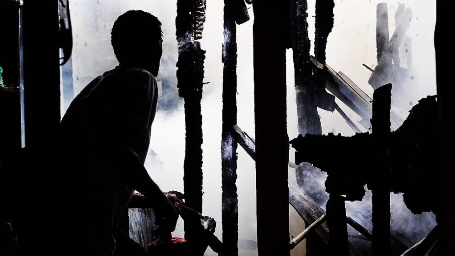 Incêndio atinge favela e interdita viaduto no centro de São Paulo