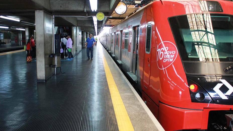 Circulação de trens da CPTM é interrompida entre as estações Barra-Funda e Júlio Prestes, devido ao incêndio na favela do Moinho, em São Paulo (SP), na manhã desta segunda-feira (17)