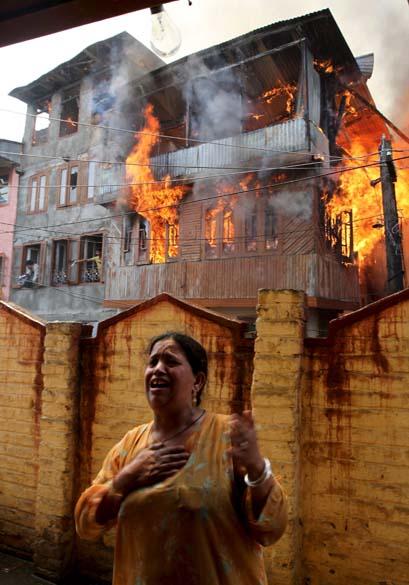 Incêndio em vilarejo na cidade de Srinagar, região da Caxemira, Índia