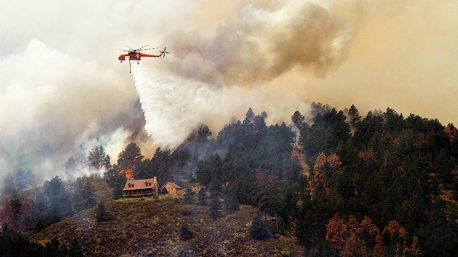 Árvores em chamas próximo de uma casa no High Park, no estado do Colorado, EUA. Segundo informações do xerife local, o fogo consumiu 37 mil hectares de mata na região