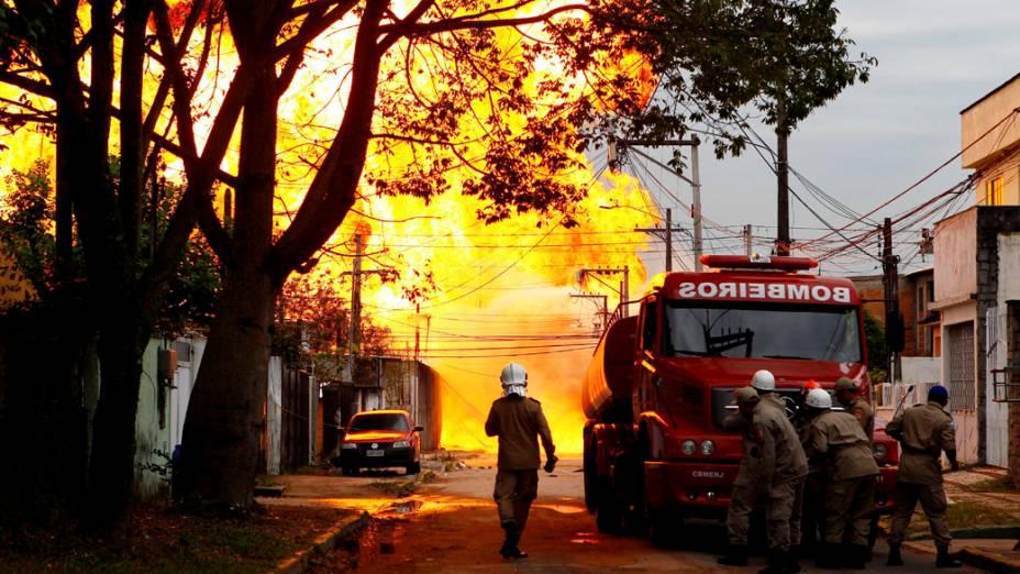 Bombeiros iniciam o combate a um incêndio de grandes proporções em distribuidora de combustíveis na Baixada Fluminense