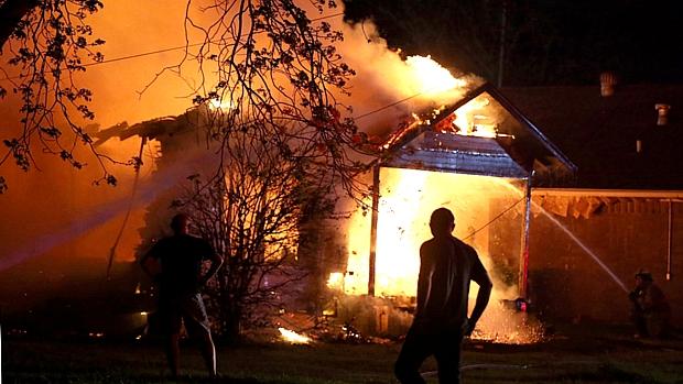 Bombeiros tentam conter as chamas durante incêndio em fábrica de fertilizantes no Texas