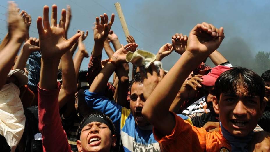 Manifestantes protestam contra o governo em Srinagar, na Índia, em 18 de agosto