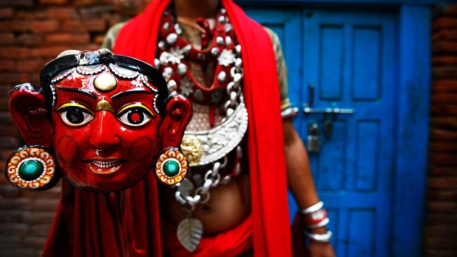 Dançarino posa com uma máscara após se apresentar no festival hindu Indra Jatra, em Catmandu, Nepal
