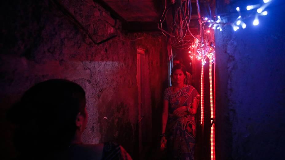 Favela de Mumbai com luzes coloridas durante o Festival Diwali