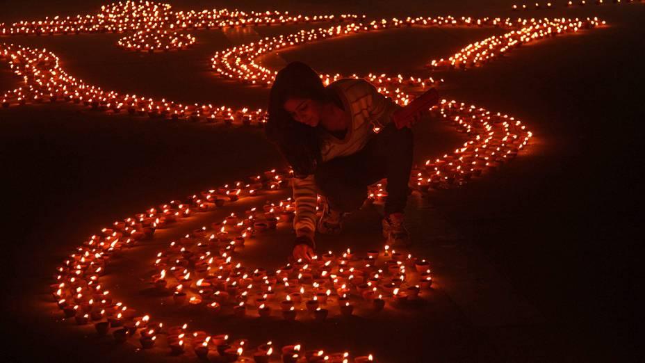 Lâmpadas formam a imagem do deus hindu Ganesh, divindade da prosperidade, na véspera do Diwali, no norte da cidade indiana de Chandigarh