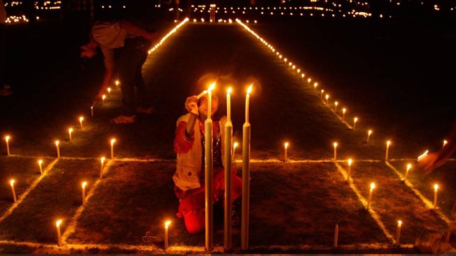 Menina dentro de um campo de críquete na véspera de Diwali em Allahabad, Índia