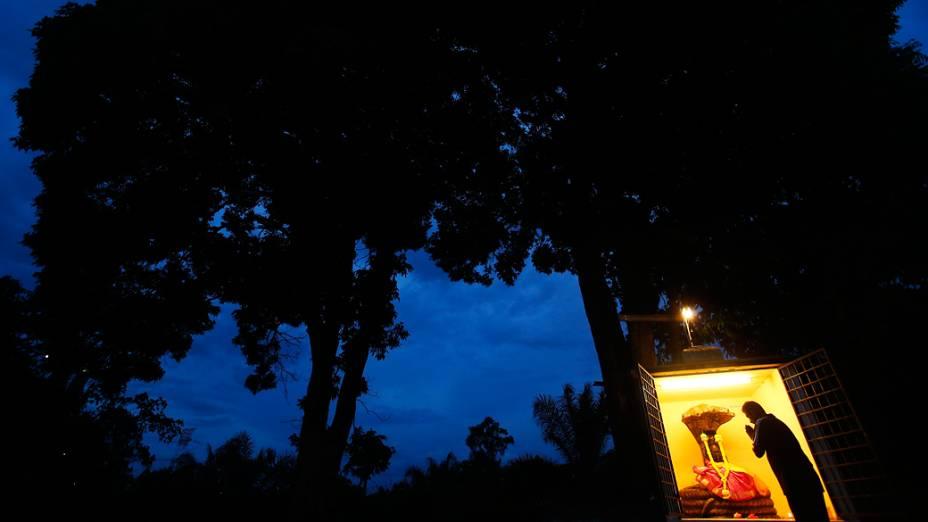 Zelador recita uma oração, enquanto se prepara para abrir o templo durante o Diwali, o festival hindu das luzes, em Banting, fora de Kuala Lumpur, Malásia
