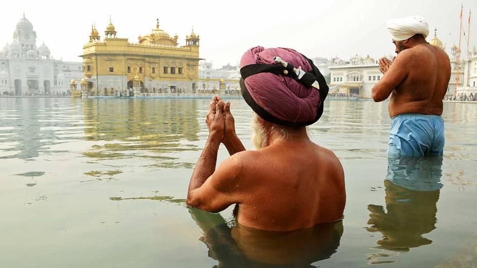 Devotos sikhs fazem orações no Templo Dourado em Amritsar, Índia