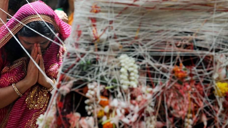 Em Mumbai, indiana participa do festival hindu Vata Savitri Purnima, no qual as mulheres casadas jejuam por saúde e vida longa aos seus maridos